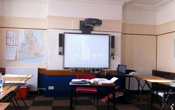 스마트보드가 설치된 교실